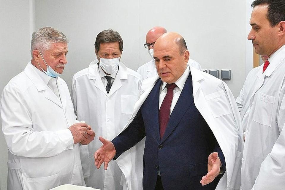 Премьер-министр РФ Михаил Мишустин (в центре) на запуске линии розлива вакцины в АО «Вектор-БиАльгам». Фото предоставлено АО «Вектор-БиАльгам».