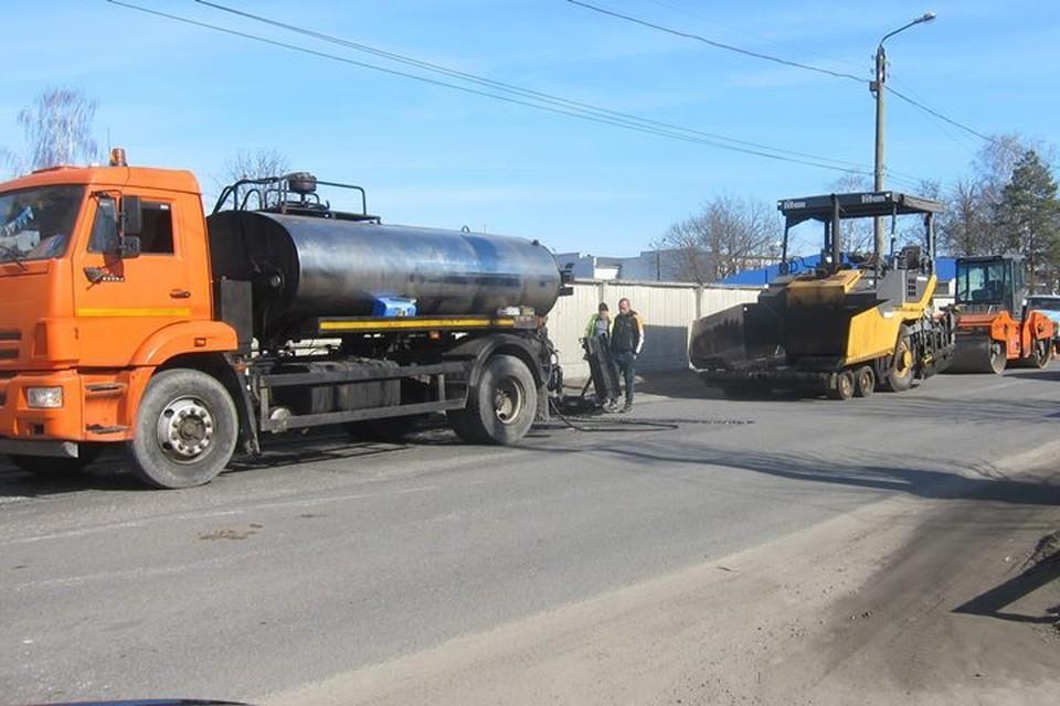 В Брянске ремонтируют гарантийную дорогу на улице Речной.