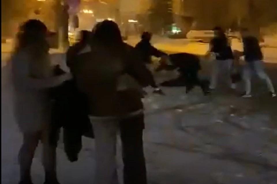 Стали известны подробности драки, произошедшей вечером 29 марта около клуба на улице Ядринцевская. Фото: Кадр из видео