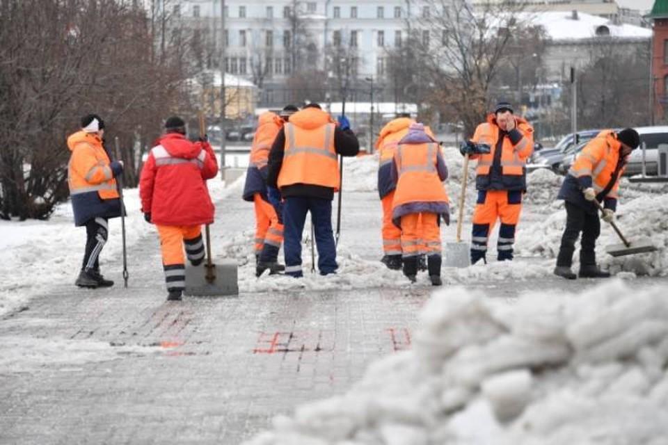 В Кирове снег, сброшенный с крыш управляющие компании будут убирать самостоятельно.