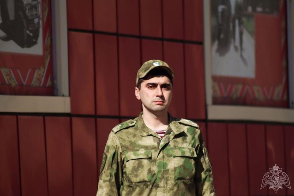 На снимке сам Самир Козырев, спасший слепого дедушку. Фото: управление Росгвардии по Приморскому краю.