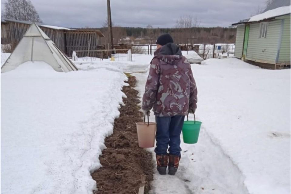 Уже 1,5 месяца жители нескольких улиц вынуждены топить снег и набирать капающую с крыш воду. Фото: onf.ru