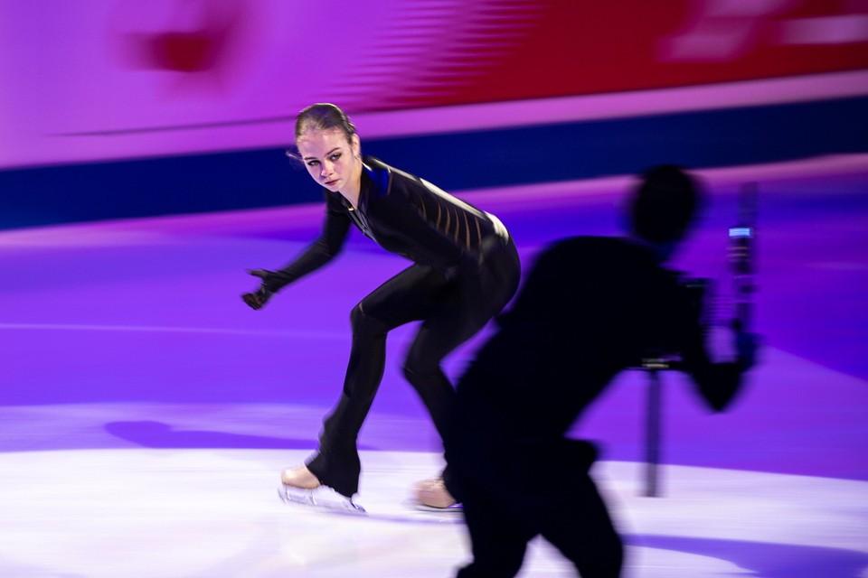 Александра Трусова во время показательных выступлений на ЧМ-2021.