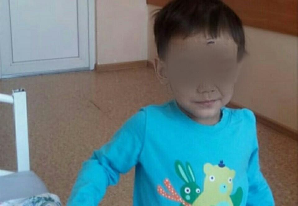 Мальчик остался совсем один среди чужих взрослых после того, как мать бросила его в больнице.
