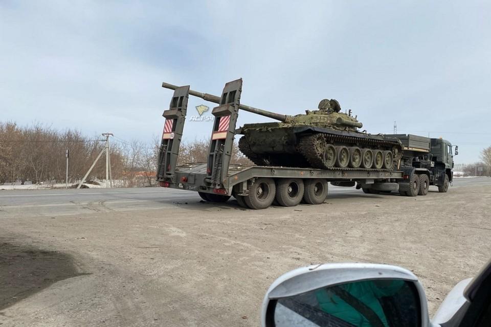 Танк, попавший в ДТП, перевозили на трале.