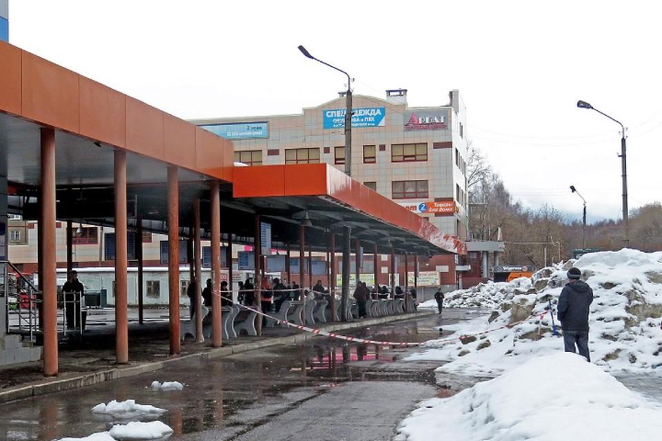 Опасное место лишь оградили ленточкой. Фото: vk.com/kirovt