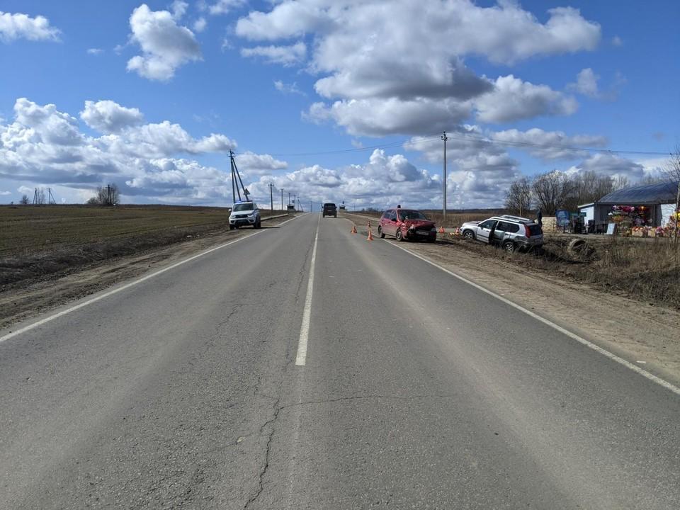 Отечественная легковушка врезалась в попутку и отправила ее в кювет. Фото: Госавтоинспекция Орловской области.