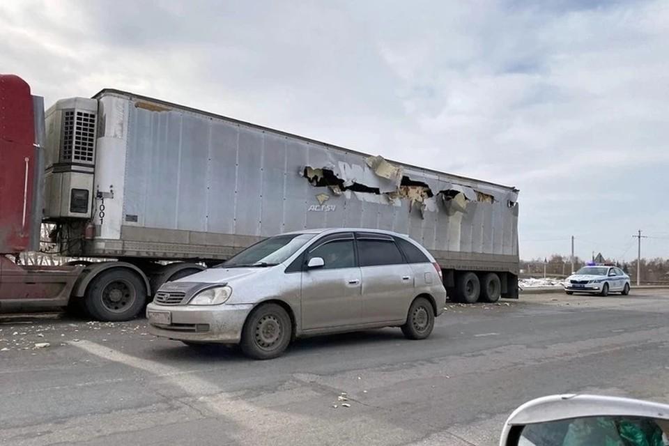 """Стволом танка разорвало термобудку грузовика. Фото: """"АСТ-54"""""""