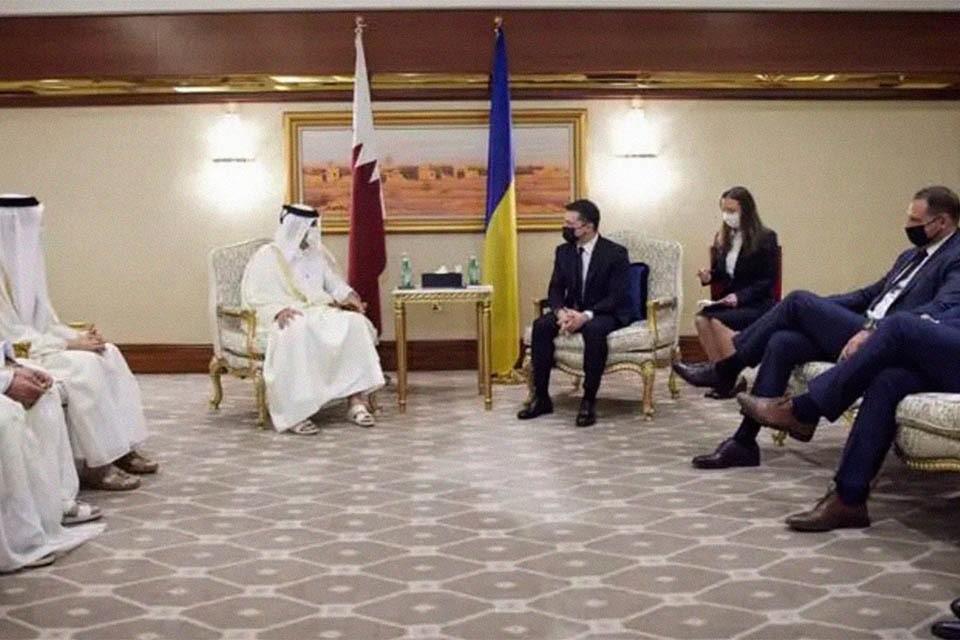 На встрече с катарскими официальными лицами глава офиса президента Андрей Ермак и министр иностранных дел Дмитрий Кулеба, должно быть, почувствовали себя настолько вольготно, что, развалившись в креслах, бесцеремонно закинули ногу на ногу.