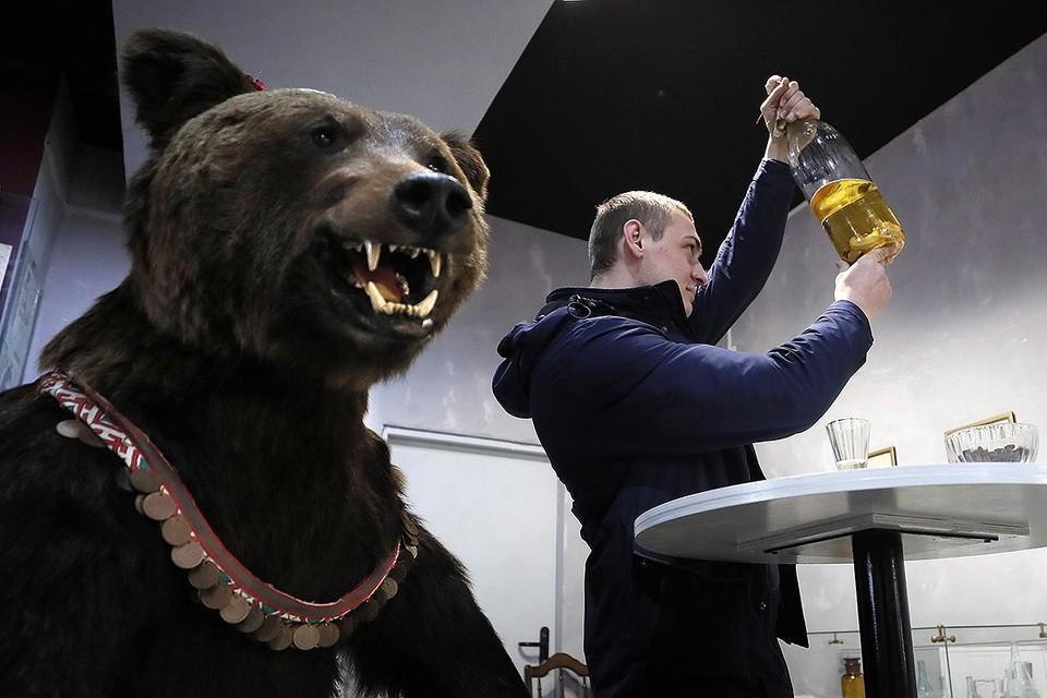 Посетитель Музея водки на территории Измайловского кремля в Москве. Фото: EPA/ТАСС