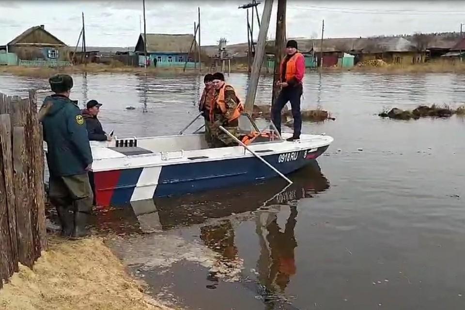 Жилые дома подтопило паводковыми водами в поселке Залари Иркутской области