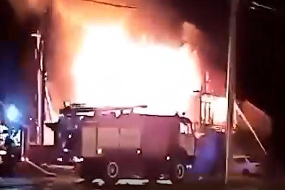 Огонь полностью охватил здание. Площадь возгорания составила 144 квадрата. Фото: стоп-кадр.