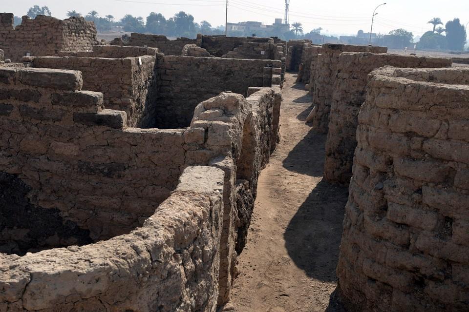 Возможно, в восставшем из небытия и песка «Золотом городе» тоже найдутся древние гробницы и мумии