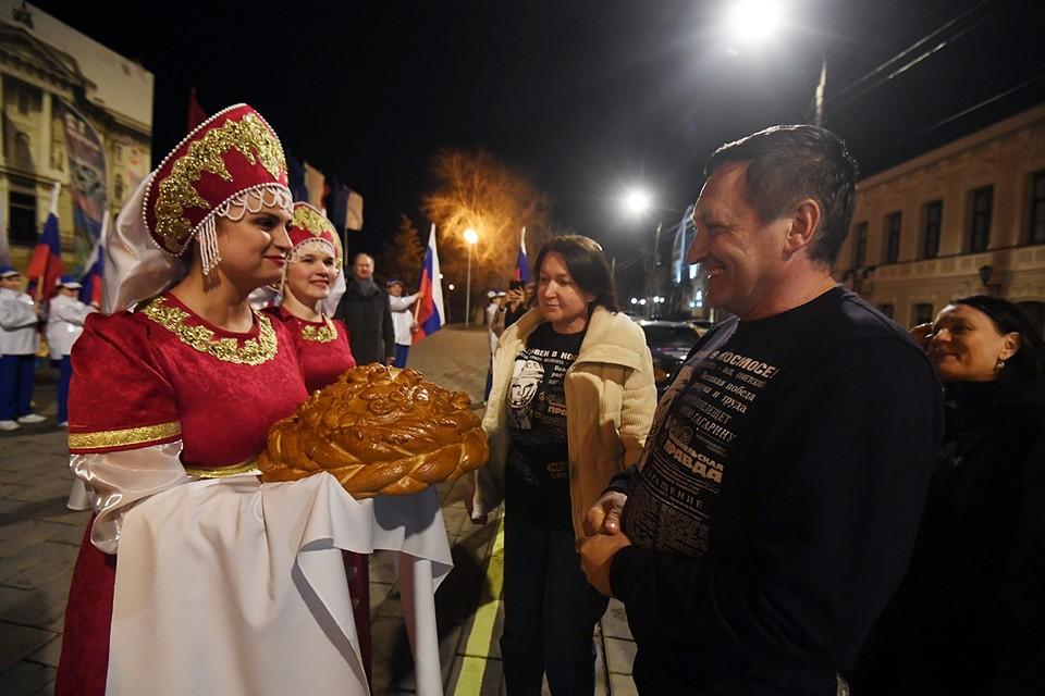 На центральной площади Ленина участников пробега встретили хлебом-солью