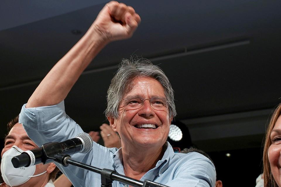 Банкир Гильермо Лассо выигрывает президентские выборы в Эквадоре.