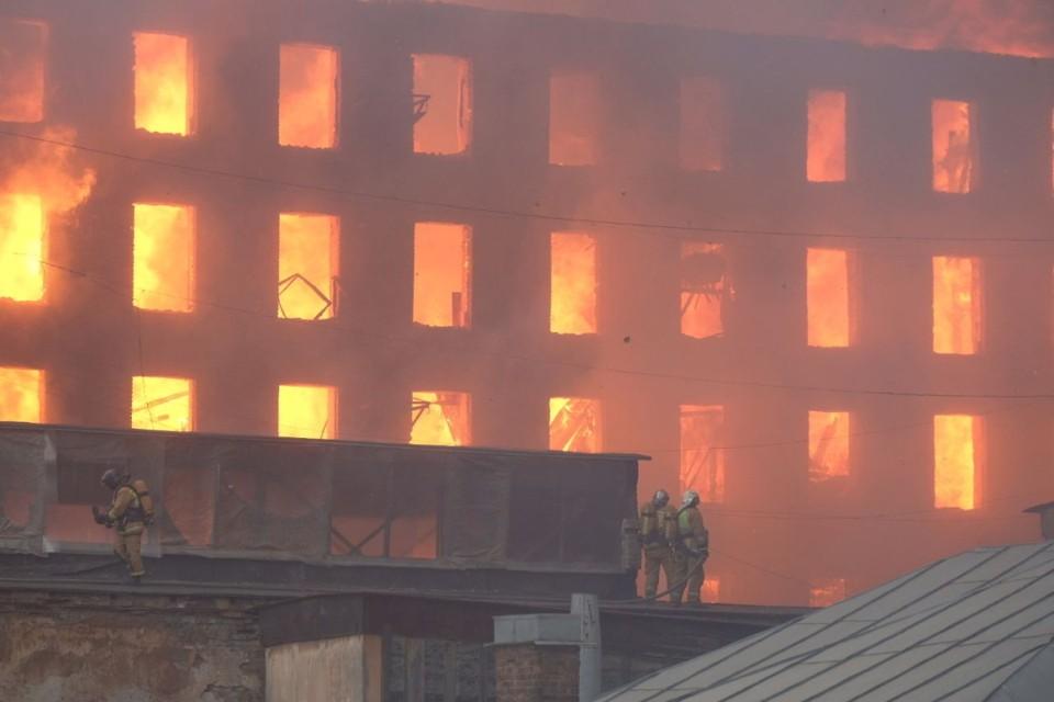 Появилась предварительная причина пожара в здании «Невской мануфактуры» в Санкт-Петербурге 12 апреля 2021.
