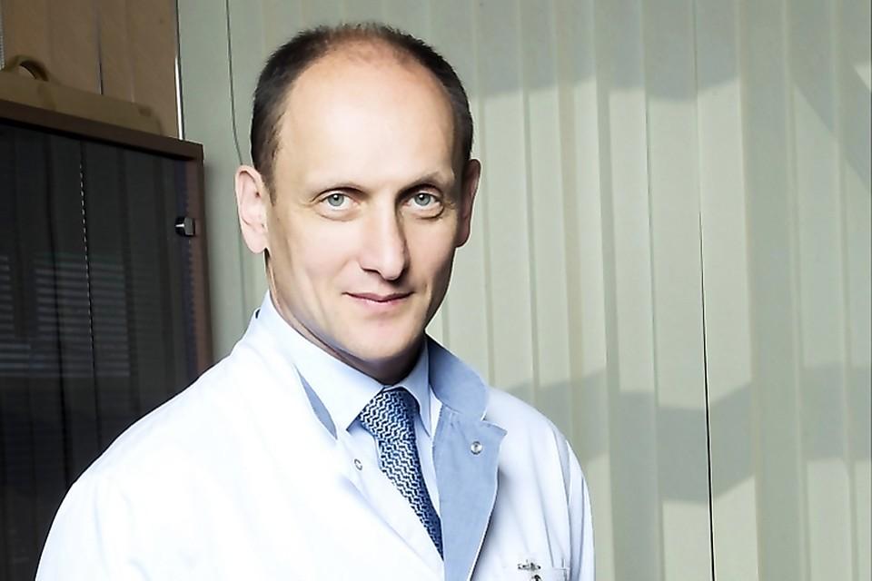 Игорю Хатькову 54 года. Он окончил Саратовский мединститут. Онколог и хирург, автор более 245 научных работ и шести монографии