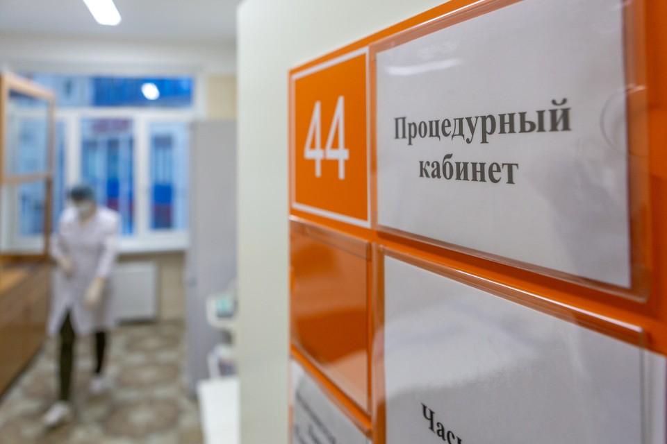 За все время с начала масштабной вакцинации в Петербурге на фоне прививки от коронавируса умерло три человека.