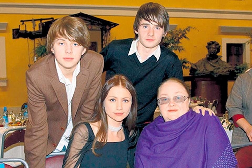 Мария Миронова с мамой Екатериной Градовой сыном Андреем и приемным братом Алексеем (справа).