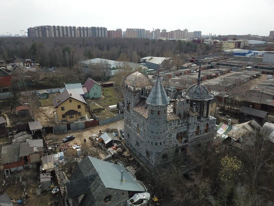 «Замок Дракулы» в Балашихе выделяется среди других домов.