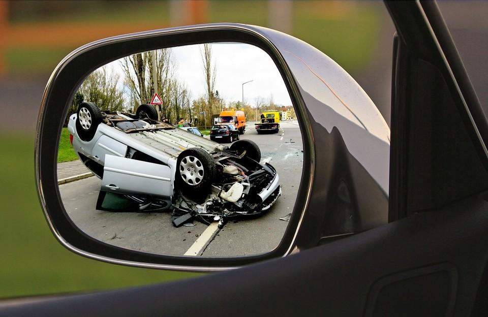 Основные причины аварий на дорогах — низкая транспортная дисциплина водителей, превышение скорости и выезд на встречную полосу.