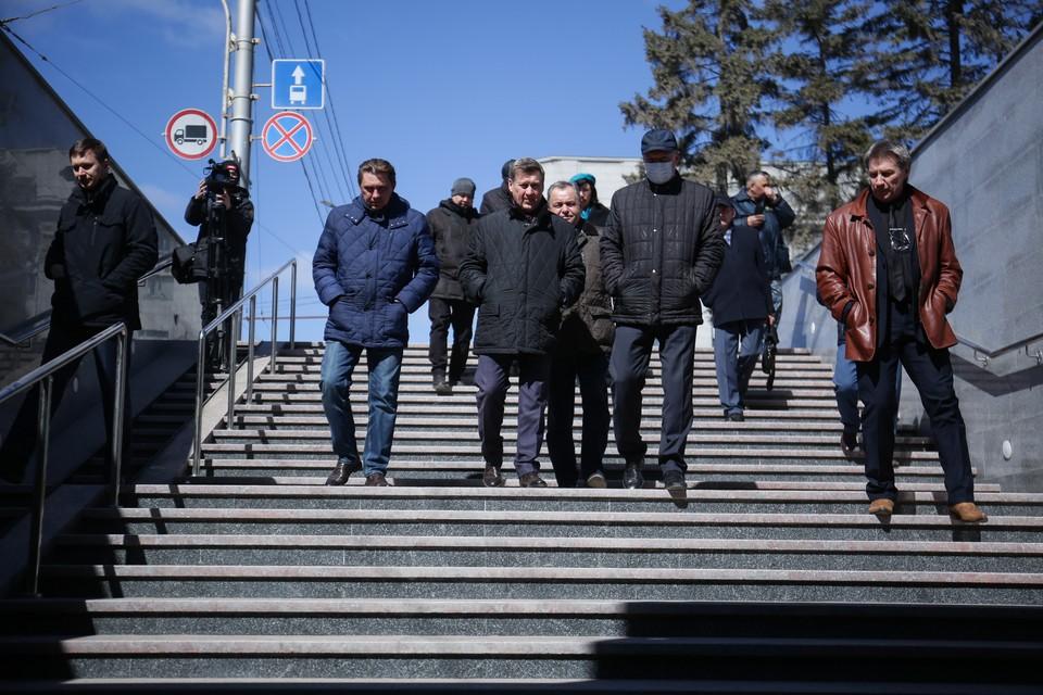 Мэр Анатолий Локоть спустился в обновлённый переход. Фото: пресс-центр мэрии г. Новосибирска