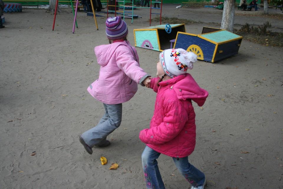 Из 8670 детей, признанных сиротами или оставшимися без попечения родителей, 8020 живут в семьях опекунов или усыновителей