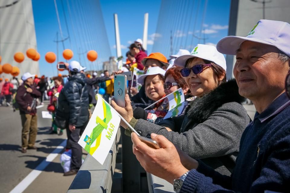 Шествие на 1 мая по Золотому мосту
