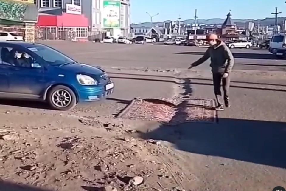 В Улан-Удэ яму на дороге залатали ковром. Фото: группа anonim__03.