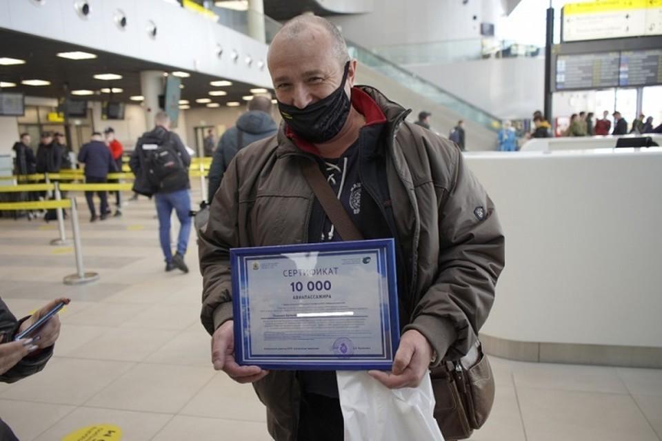 Юбилейному пассажиру вручили сертификат на перелет туда-обратно от «Хабаровских авиалиний»