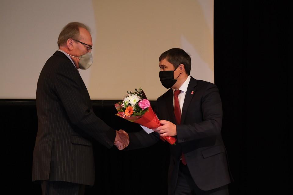 Губернатор Дмитрий Махонин от души поздравил Валерия Амелина и других медиков. Фото: краевое правительство.