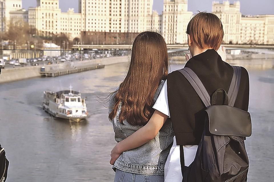 - Любимая, видишь, плывет нашей мечты теплоход.