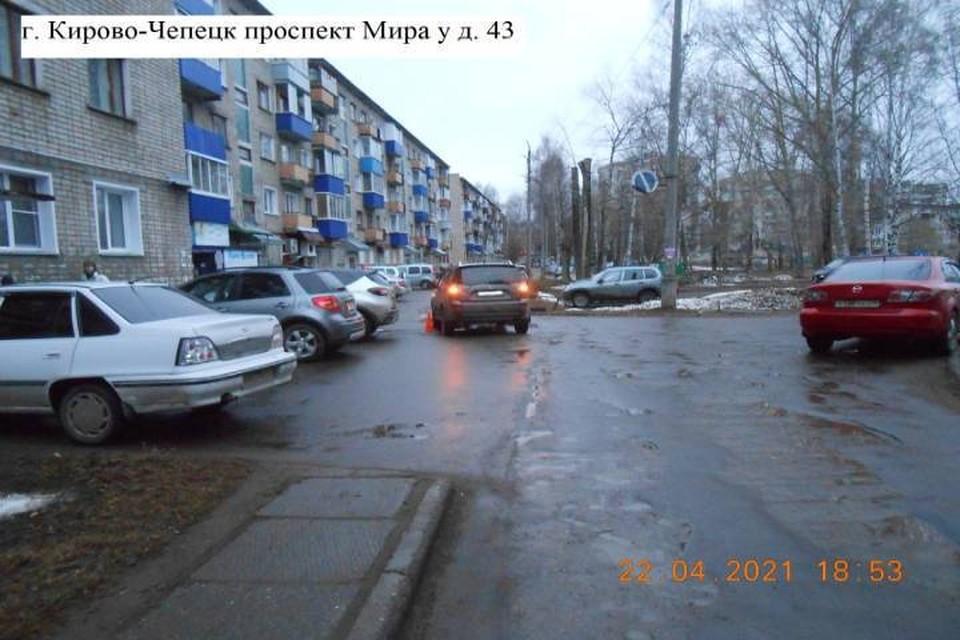 В Кирово-Чепецке водитель японского внедорожника наехал на 12-летнего мальчика прямо во дворе жилого дома. Фото: vk.com/gibdd43