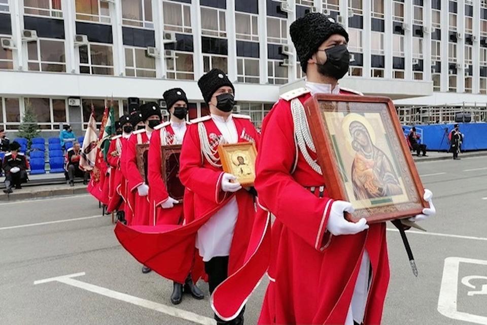 Ровно в 12:00 на главной площади Краснодара начался казачий парад, посвящённый 30-летию реабилитации казачества