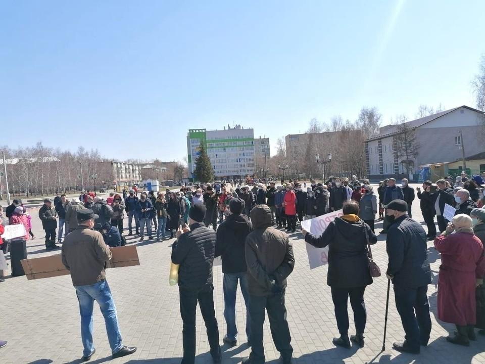 """Собралось несколько сотен человек. Фото: телеграм-канал """"Алтайские крайности"""""""