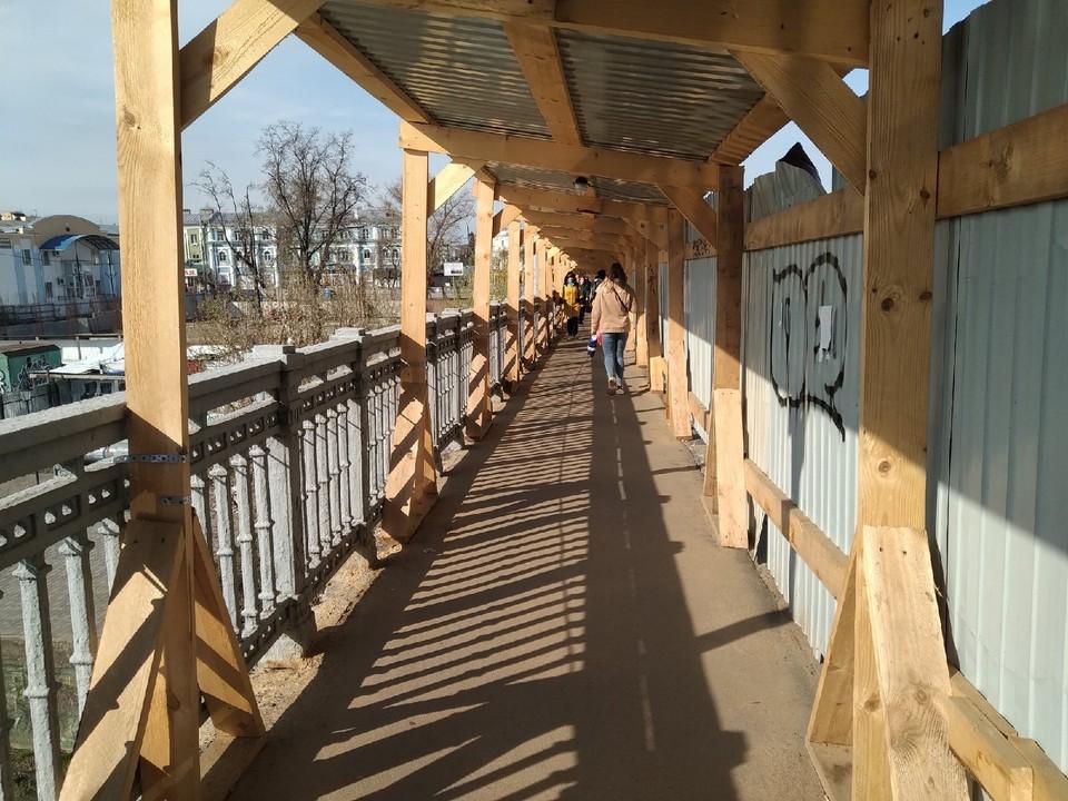 В Орле на Красном мосту починили завалившуюся галерею пешеходного перехода