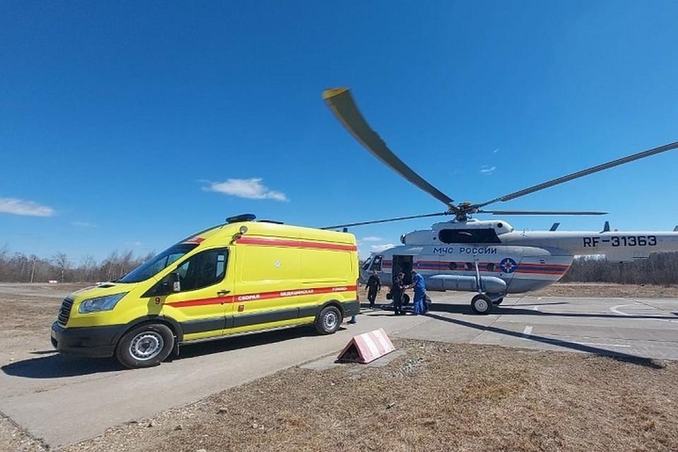 Пациентку из ЕАО экстренно привезли на вертолете в Хабаровск