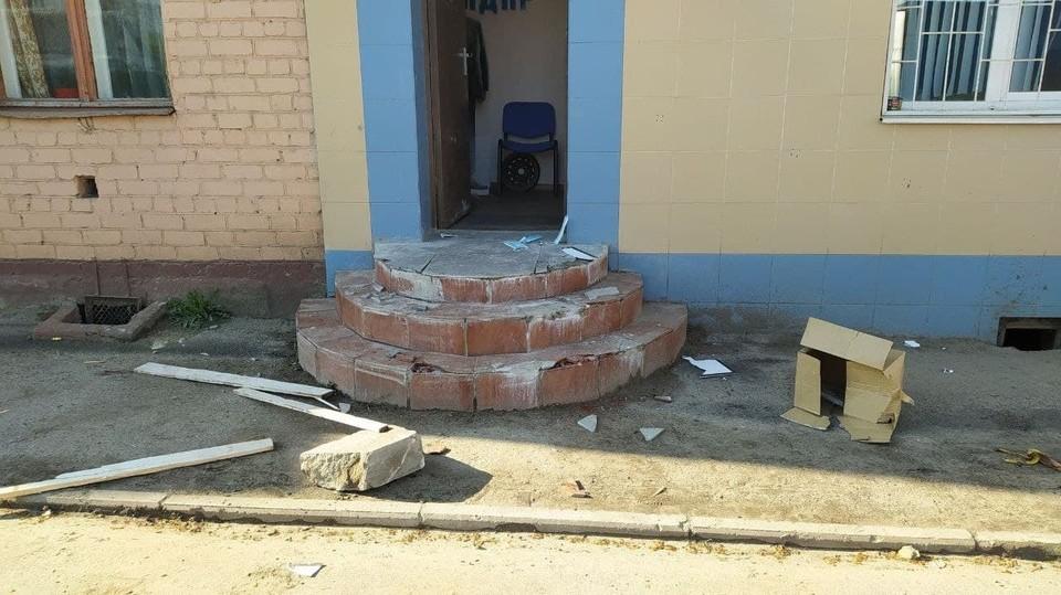В Орле неизвестные разгромили вход в офис ЛДПР. Фото: Владислав Числов