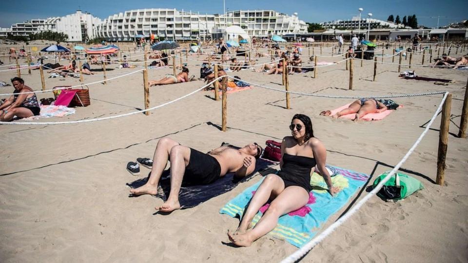 Социальная дистанция на пляжах - превыше всего.