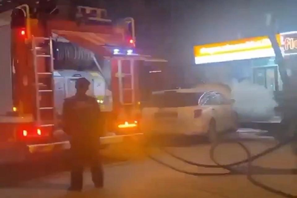 В центре Новосибирска загорелся автомобиль. Фото: стоп-кадр.