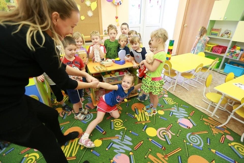 Рассказываем о графике работы детсадов и школ на майские праздники.
