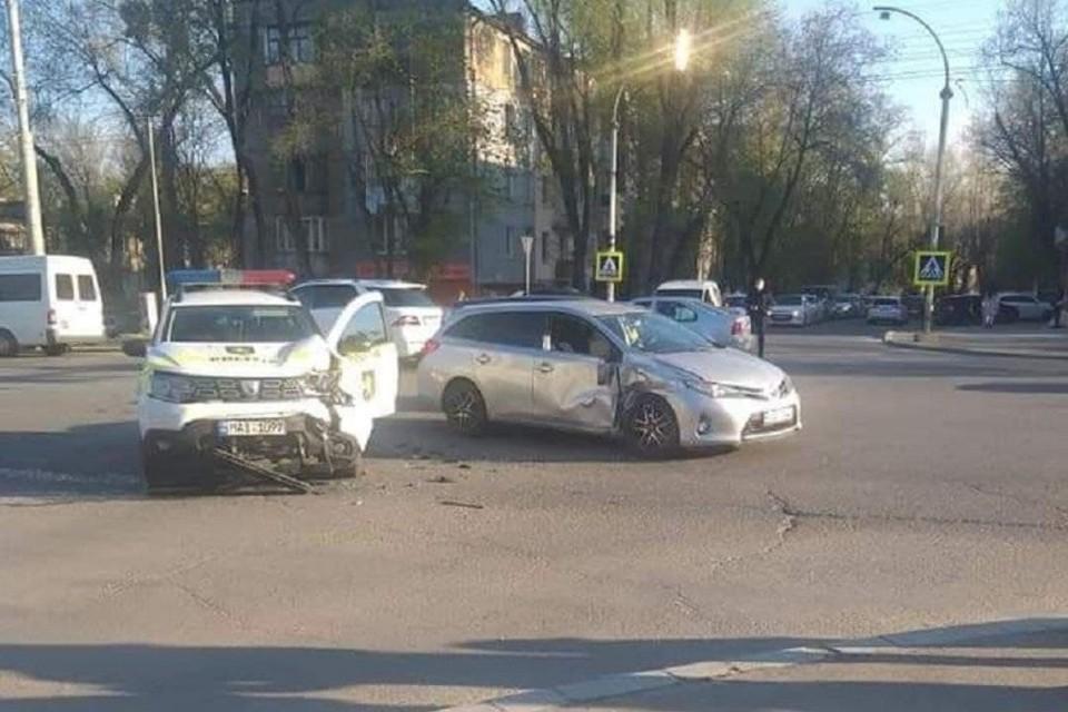 Удар был очень сильный, авто полиции - практически в хлам.
