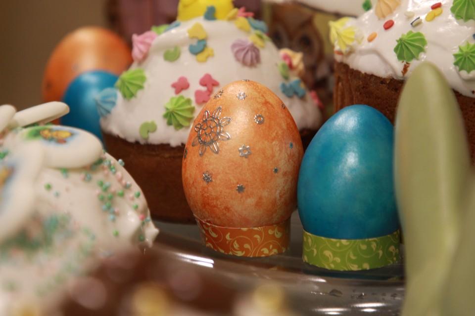 Традиционно верующие в этот день красят яйца, готовят пасхи и куличи.