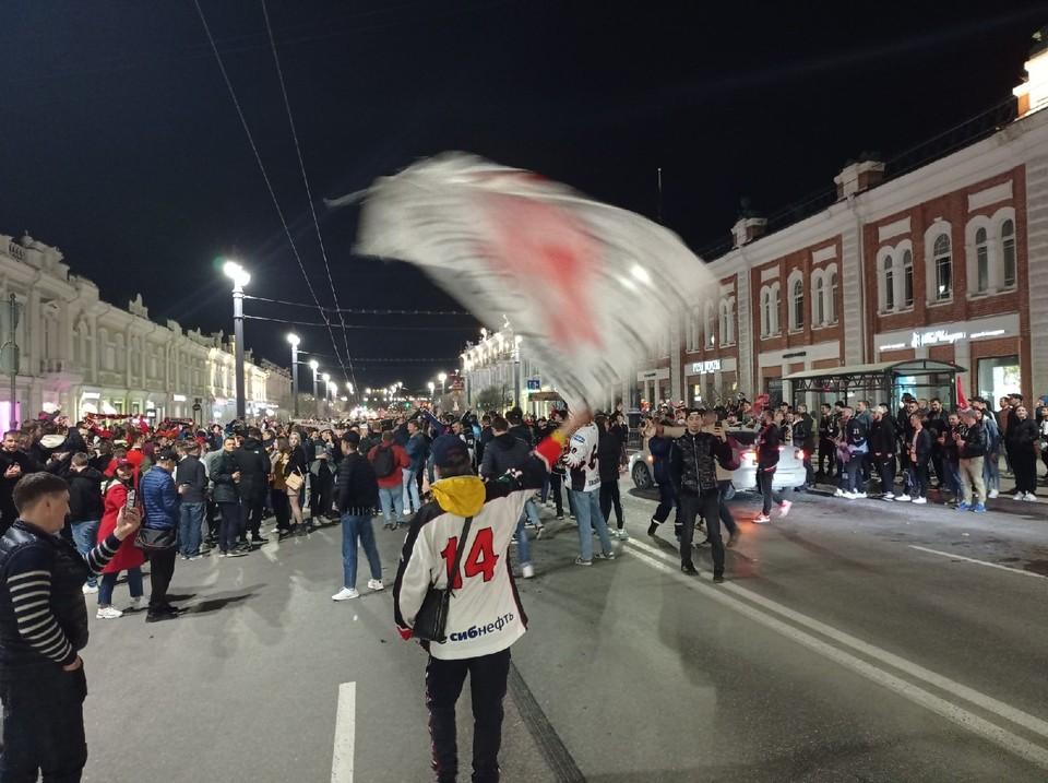 Тысячи счастливых людей вышли на улицы.