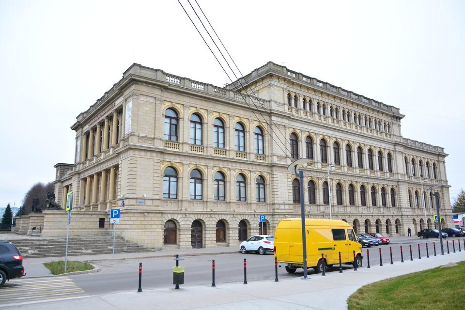Сегодня здание выглядит так, а до войны крышу украшали скульптурные композиции - по одной на каждом углу.