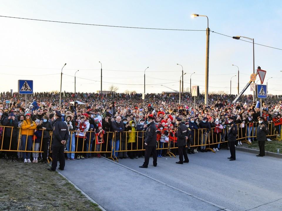 На вечеринку в честь Кубка Гагарина пришло около 10 тысяч омичей. ФОТО: hawk.ru