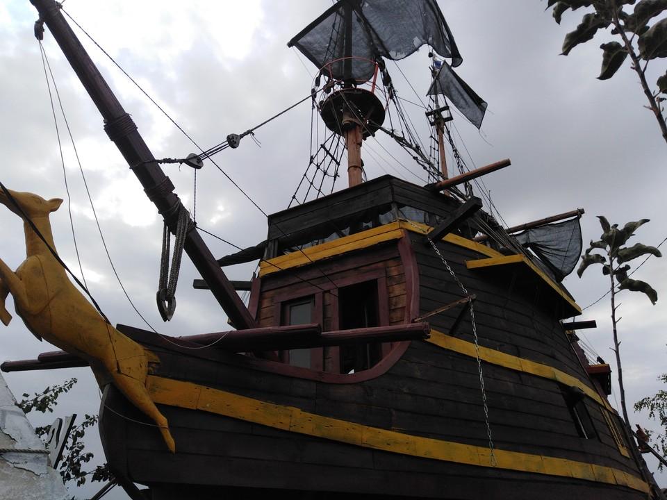 Музей-корабль истории пиратства «Золотая лань» своими руками построил шебекинец Валерий Кику.
