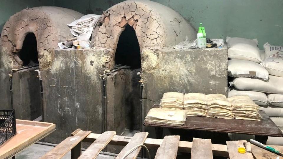 В Астраханской области в хлебопекарне нарушали миграционное законодательство, а также воровали электроэнергию