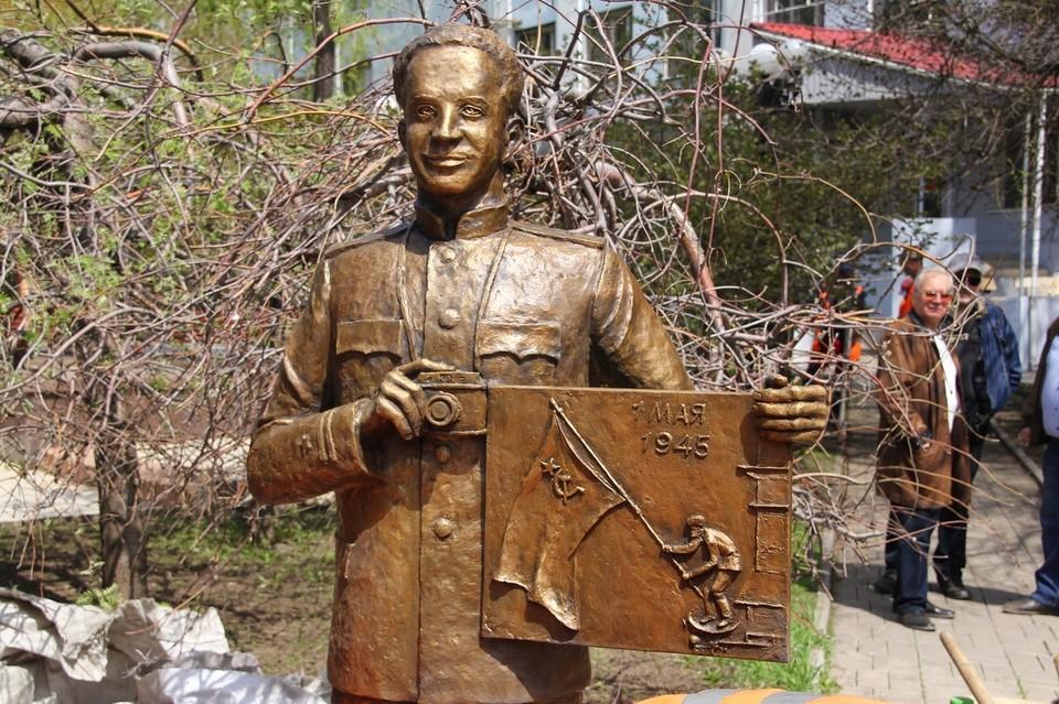 В Донецке установили бронзовый памятник советскому фотокорреспонденту Евгению Халдею