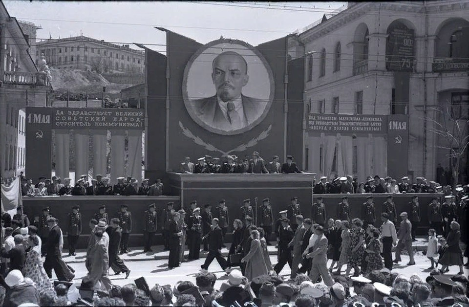 Севастополь в 1955 году встречал День солидарности трудящихся возле Синопской лестницы